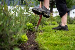 Sansehave i Vridsløse anlægsgartner graver med skovl